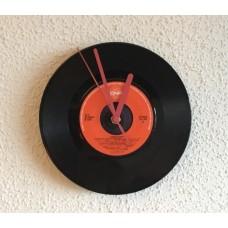 Klok gemaakt van een singeltje van Rubberen Robbie.
